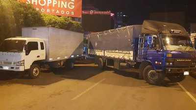 Camioneros BLOQUEAN paso de CARGAS por el PUENTE DE LA AMISTAD