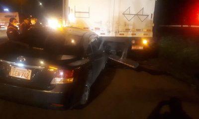Vehículo embiste contra la parte trasera de camión