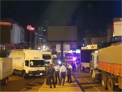Camioneros, molestos con prohibición de cruzar al Brasil
