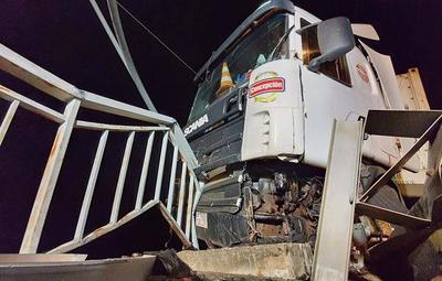 Camión transportador de carne casi cae al río Paraguay