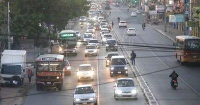 Miles de vehículos ingresan a Asunción al iniciar fase 2