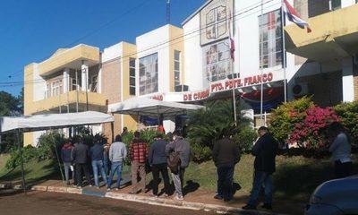 Larga fila de contribuyentes en Franco
