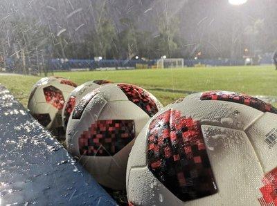 Balones desinfectadas y sin pasapelotas en la vuelta del fútbol