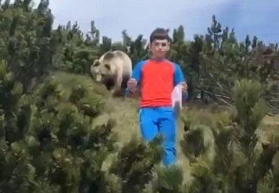 El infartante momento en que un niño escapa de un oso