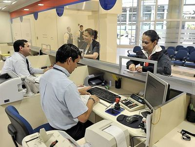 Ganancias de bancos caen 28%
