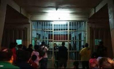 Presos se amotinan en Tacumbú y exigen la visita de sus familiares