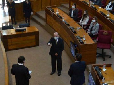 Tras jurar, ministro asegura que no debe favores políticos