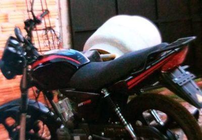 Roban motocicleta del patio de vivienda