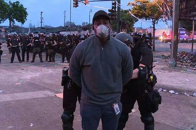 Una locura: Así arrestaron en vivo a un periodista que cubría las manifestaciones en Minneapolis