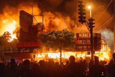 Incendios y disturbios en EEUU durante protestas por la muerte de un negro a manos de la policía