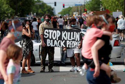 Acusan de asesinato en tercer grado a policía por muerte de afroamericano