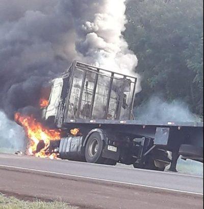 Fuego consume camión de gran porte