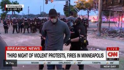 El momento en que arrestan en vivo a un reportero de CNN que cubría las protestas en Minneapolis