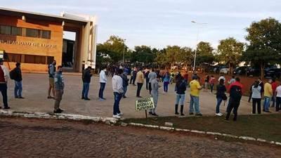 Contribuyentes se aglomeran en la Municipalidad de Luque • Luque Noticias