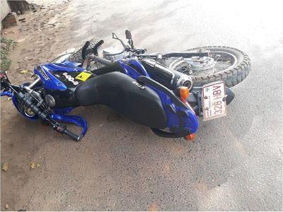Motociclista quedó atrapado debajo de un ómnibus