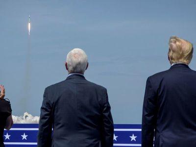Histórico despegue de cohete de SpaceX pone a dos astronautas rumbo al espacio