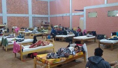 Tras resultados negativos, 54 paraguayos abandonan albergue