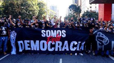 Brasil: Barras bravas se movilizaron contra Bolsonaro y se enfrentaron con la Policía