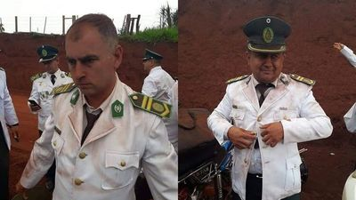 Músicos militares llegan a acto oficial en camión de carga y empolvados