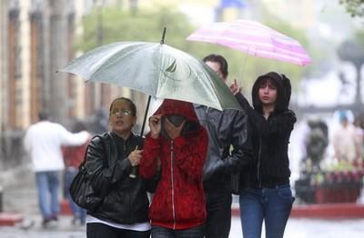 Anuncian ambiente frío y precipitaciones para este lunes