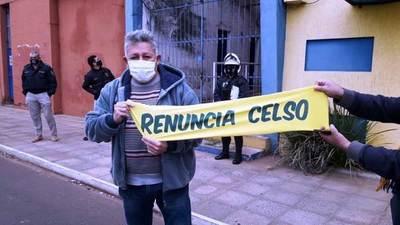 Luqueños exigen renuncia de Celso Cáceres • Luque Noticias