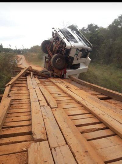 Camión casi cayó al río Tebicuary
