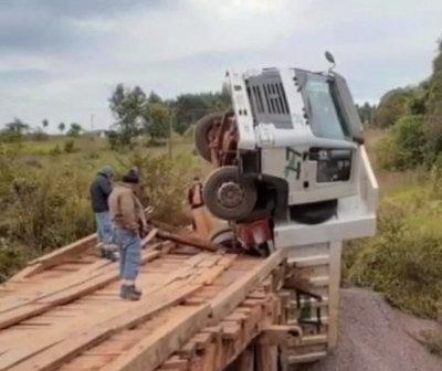 Camión de carga casi cayó al río Tebicuary tras ceder el puente