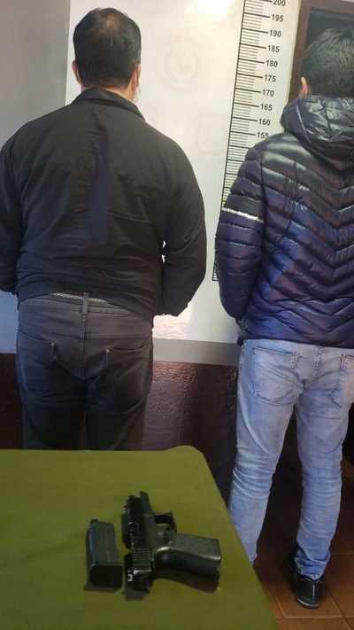 Detienen a dos supuestos comerciantes con pistola de juguete durante control policial
