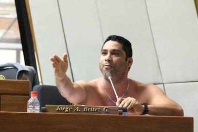 HOY / Diputado se desnuda en plena sesión para exigir reapertura del Puente de la Amistad