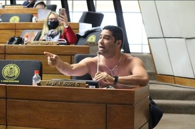 Diputado se desnudó para pedir reapertura de la frontera