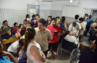 Consultas por dengue saturan hospitales