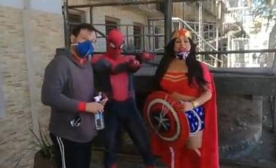 HOY / Hombre araña y mujer maravilla llevan apoyo a niño herido por policías