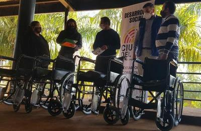 CDE: Municipalidad entrega sillas de ruedas al Hospital Regional