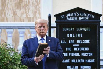Casa Blanca defiende aparición de Trump biblia en mano frente a un templo