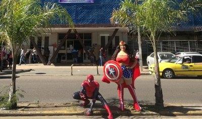 """""""La Mujer Maravilla"""" y """"Spiderman"""" visitaron a Lucas"""