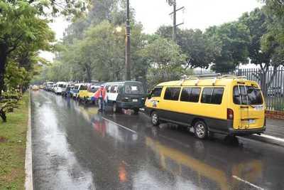 Transportes escolares van a la costanera para reclamar subsidio
