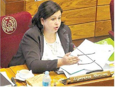 """Senadora condena """"agresión machista"""" de Roberto Pérez"""