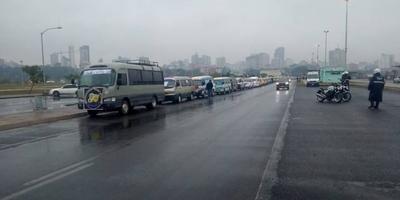HOY / Transportistas escolares exigen asistencia del Gobierno en caravana