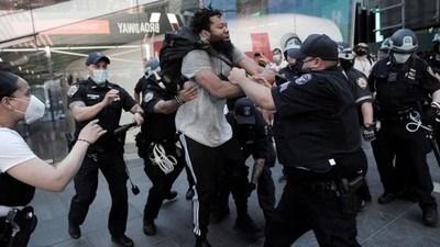Imputan a más policías en Minneapolis y la tensión se mantiene en las calles