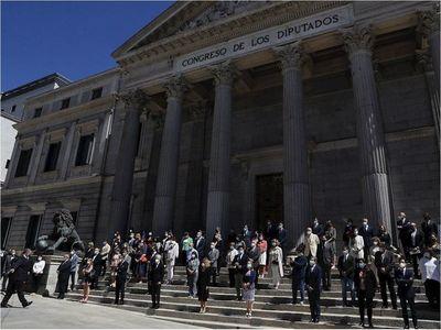 España termina luto en silencio para recordar a muertos de Covid-19