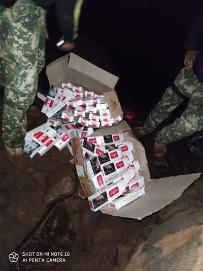 Marinos incautan embarcación cargada con ropas y cigarrillos a orillas del Paraná