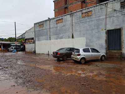 """Borraron el """"estacionamiento para clientes"""", pero siguen ubicando sus vehículos en vereda"""