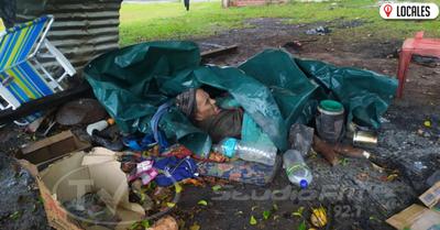 Hombre vive bajo un árbol y en la extrema pobreza