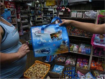 Juez emplaza a comercios a reemplazar bolsas de plástico