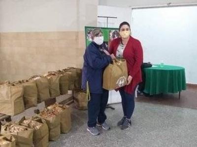 HOY / Mirian Ferreira, Tesorera de la Cooperativa Nuestra Señora Del Carmen y Nancy del Carmen Rachini, sobre la entrega de varios kits de alimentos a los socios
