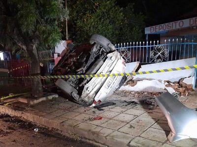Policía choca su automóvil contra una vivienda en Capiatá