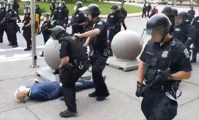 Imputan a policías que agredieron a abuelito durante manifestación