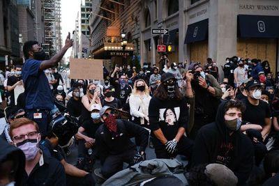 Nueva York levanta el toque de queda tras otro día de protestas pacíficas