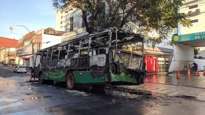 HOY / Bus de la Línea 19 ardió en pleno trayecto
