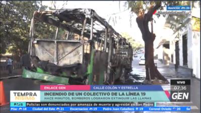 HOY / Un ómnibus de la Línea 19 quedó totalmente consumido por las llamas en Colón y General Díaz